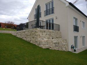 Natursteinmauer als Stütze für die Terrasse